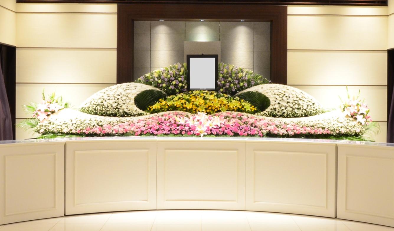 家族葬の祭壇~花祭壇(はなさいだん)・生花祭壇(せいかさいだん)とは~